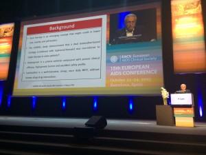 El Dr. Pedro Cahn presentando el trabajo en Barcelona